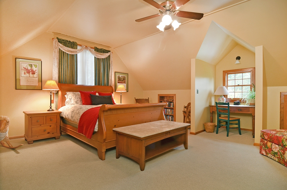 Spacious bedroom with Queen size sleigh bed